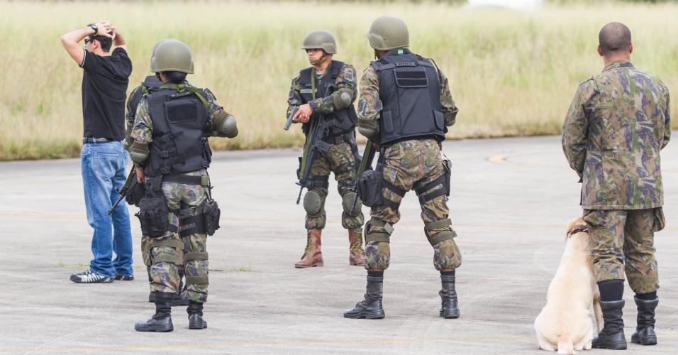 Tropa de infantaria da FAB revista tripulação de aeronave não identificada que foi conduzida ao solo, em exercício militar