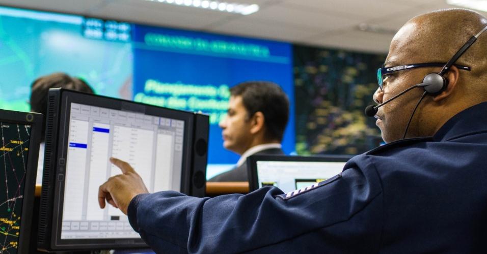 Vista da sala de radares da sala operacional do CGNA (Centro de Gerenciamento da Navegação Aérea da Aeronáutica), no Rio de Janeiro