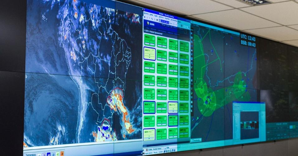 Vista dos telões de radar da sala operacional do CGNA (Centro de Gerenciamento da Navegação Aérea da Aeronáutica), no Rio de Janeiro