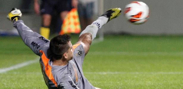 Victor defende com os pés pênalti no último minuto e salva Atlético-MG na Libertadores