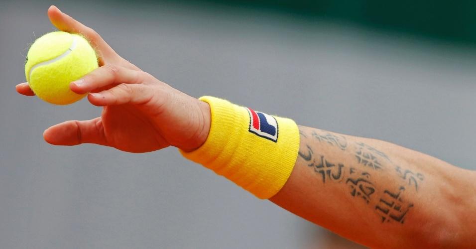 31.mai.2013 - Janko Tipsarevic se prepara para sacar durante jogo contra Fernando Verdasco pela 2ª rodada de Roland Garros