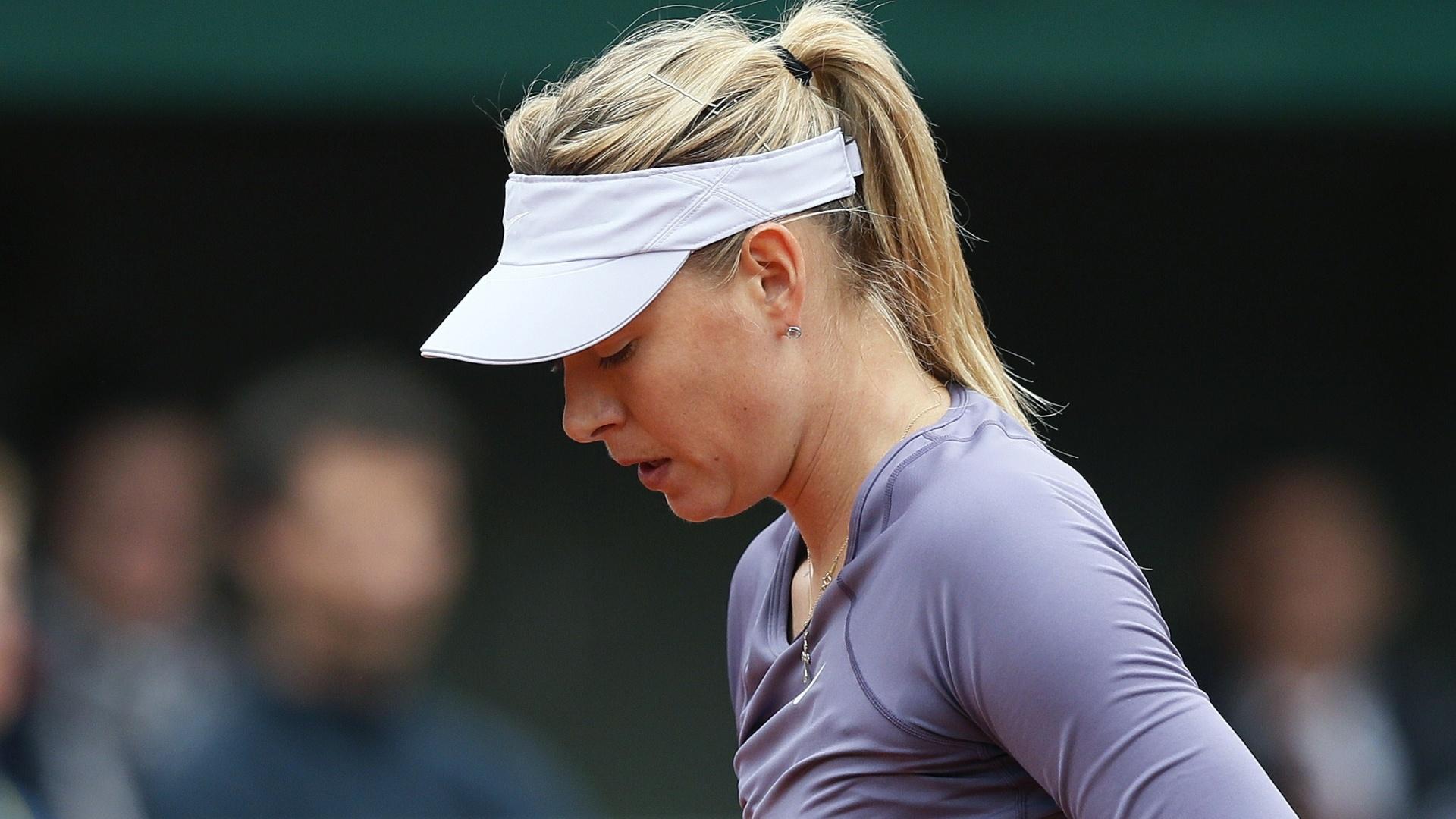 31.mai.2013 - Maria Sharapova ajeita o uniforme antes de sacar durante a partida contra Eugenie Bouchard pela 2ª rodada de Roland Garros