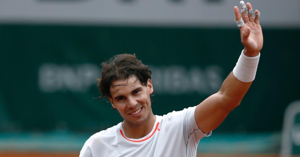 31.mai.2013 - Rafael Nadal cumprimenta o público após derrotar Martin Klizan pela 2ª rodada de Roland Garros