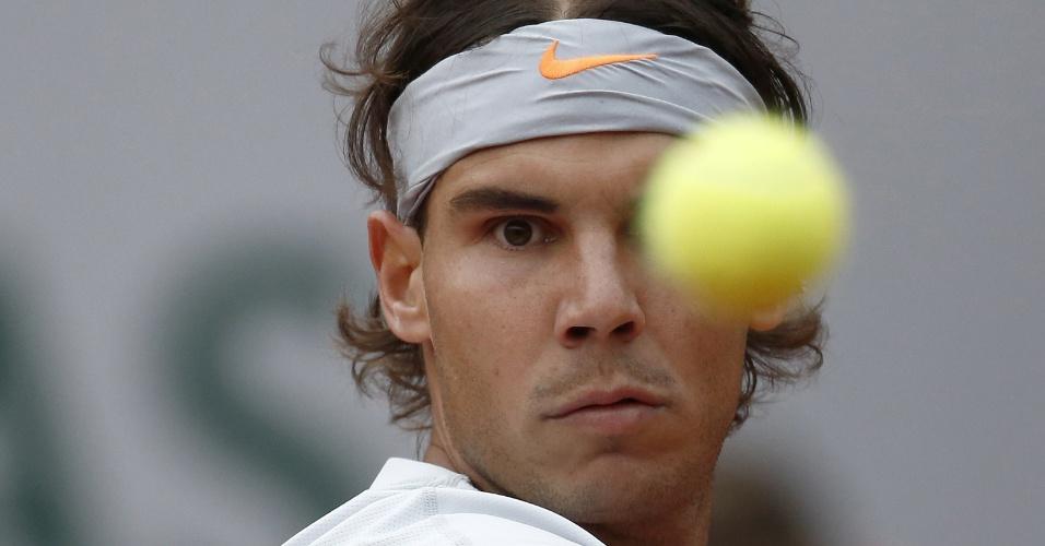 31.mai.2013 - Rafael Nadal se prepara para rebater a bolinha durante o jogo contra Martin Klizan pela 2ª rodada de Roland Garros