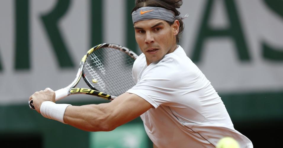 31.mai.2013 - Rafael Nadal rebate a bolinha durante partida contra Martin Klizan pela 2ª rodada de Roland Garros
