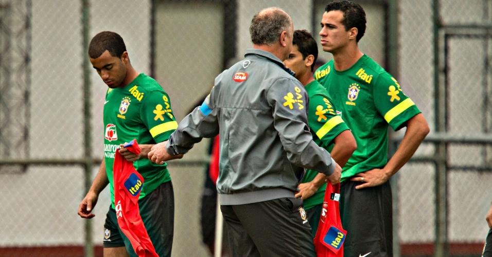 31.maio.2013 - Felipão dá colete de titular para Lucas em treino da seleção brasileira nesta sexta-feira
