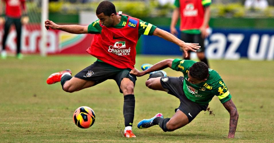 31.maio.2013 - Titular de Felipão no treino desta sexta, Lucas escapa de marcação e tenta finalizar