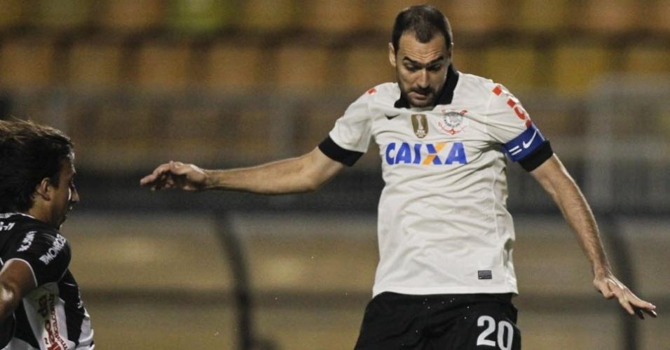 01.06.13 - Danilo divide a bola no jogo entre Corinthians e Ponte Preta pelo Campeonato Brasileiro