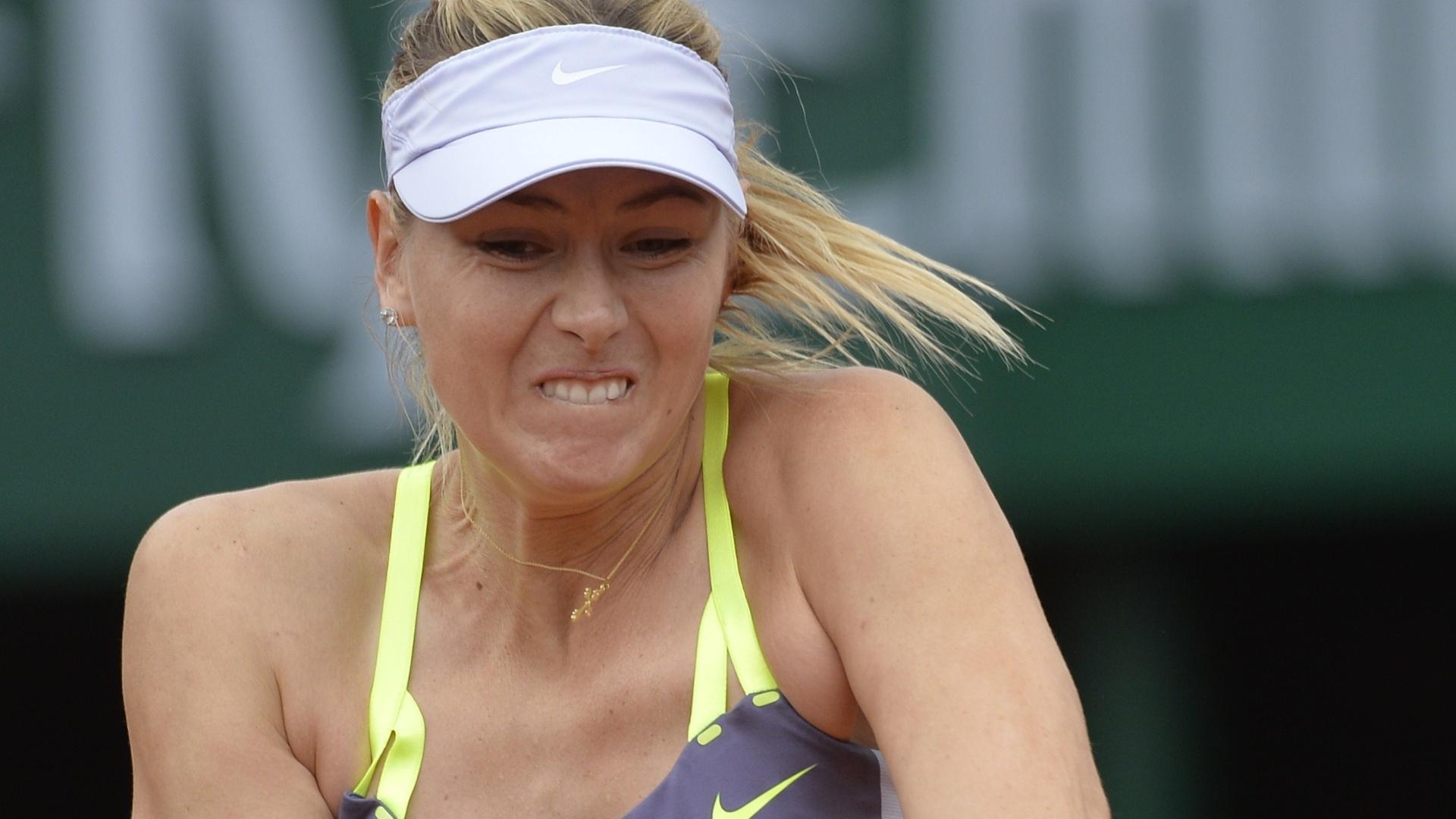 01.jun.2013 - Maria Sharapova rebate a bolinha durante o jogo contra Jie Zheng pela 3ª rodada de Roland Garros