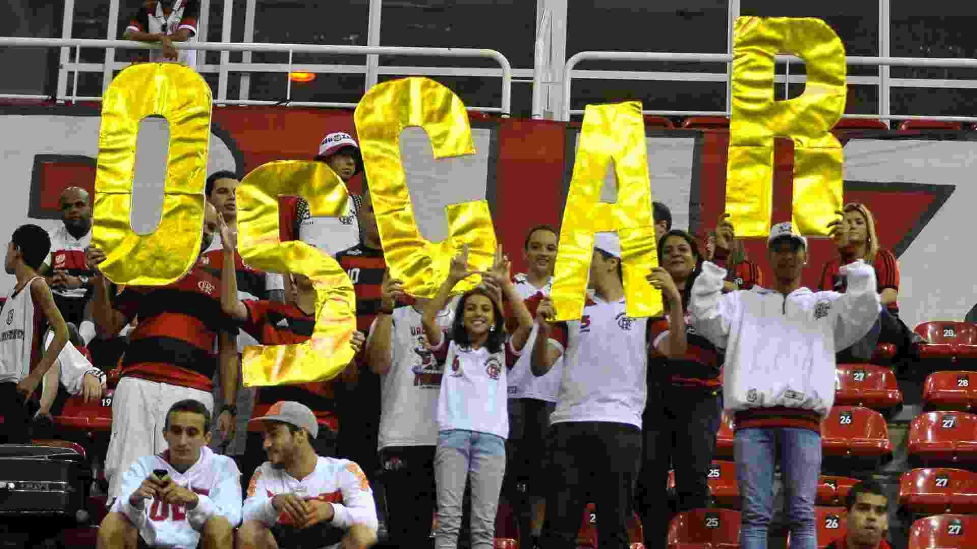 01.jun.2013 - Torcida do Flamengo homenageia Oscar na final do NBB contra Uberlândia - DHAVID NORMANDO/FUTURA PRESS/ESTADÃO CONTEÚDO