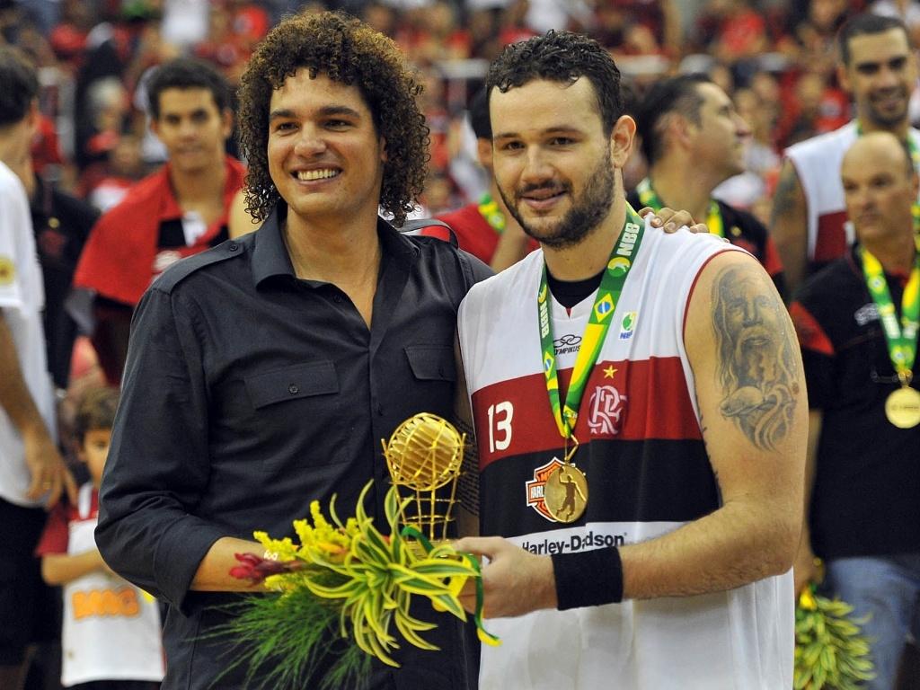 1º.jun.2013 - Anderson Varejão entrega prêmio para o pivô Caio Torres, cestinha da decisão com 23 pontos