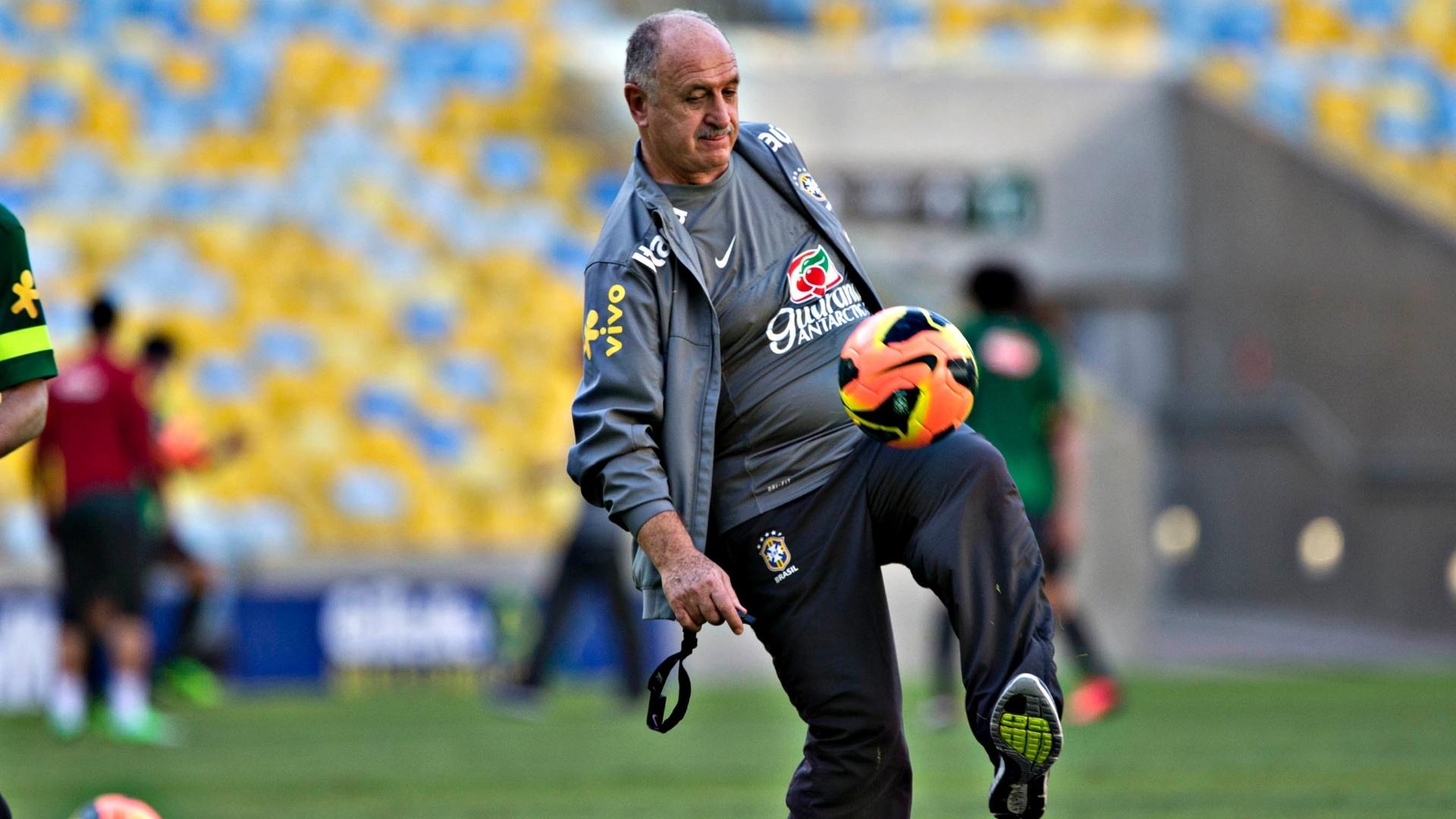 1º.jun.2013 - Felipão tenta dominar a bola durante o treino da seleção brasileira no Maracanã para o amistoso contra a Inglaterra
