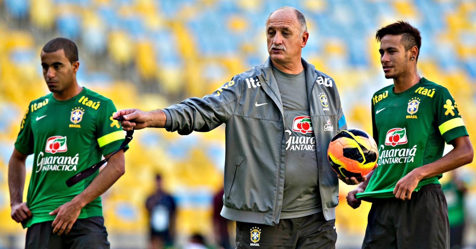 1º.jun.2013 - Lucas e Neymar ouvem as instruções de Felipão durante treindo da seleção brasileira para o amistoso contra a Inglatera