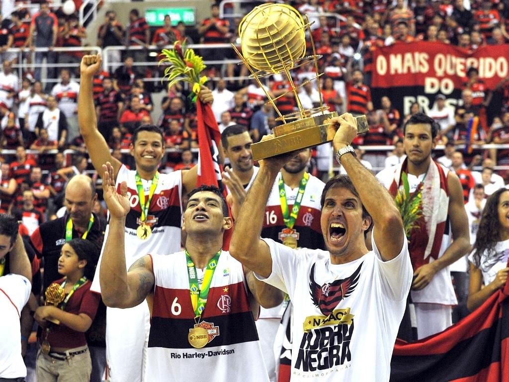 1º.jun.2013 - Marcelinho ergue o troféu do NBB 2013 após a vitória do Flamengo sobre Uberlândia por 77 a 70