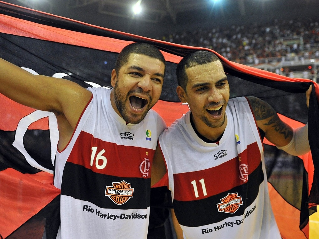 1º.jun.2013 - Olivinha e Marquinhos comemoram a vitória do Flamengo na final do NBB sobre Uberlândia