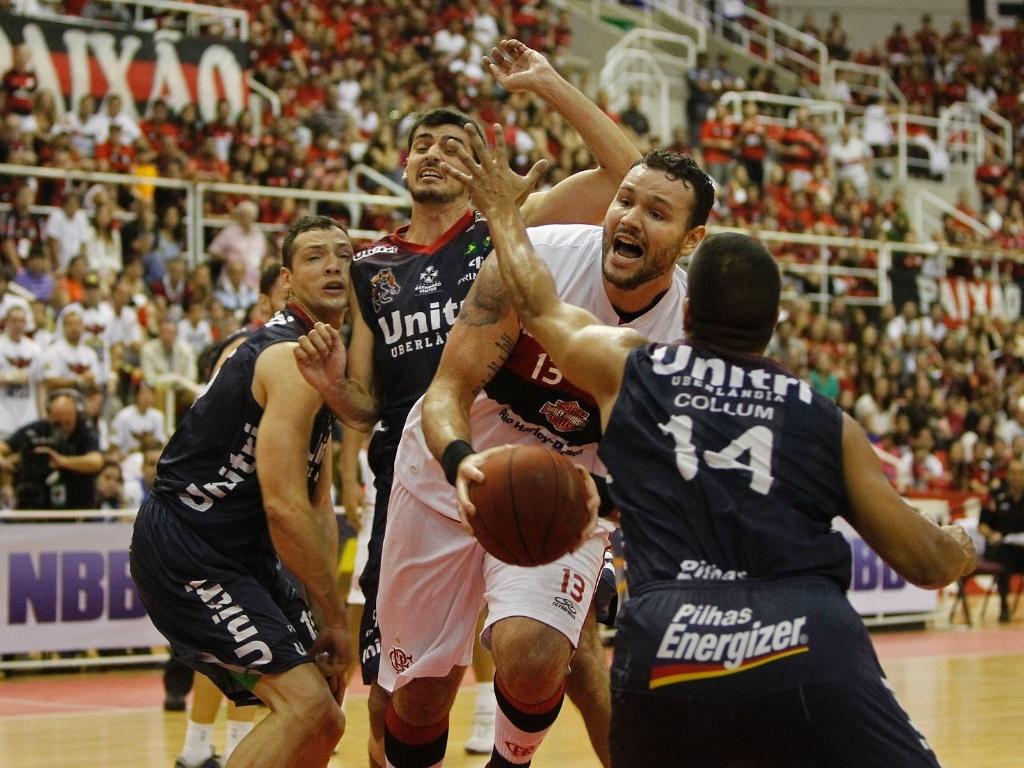 1º.jun.2013 - Pivô Caio Torres, cestinha da decisão, tenta a cesta na partida contra o Uberlândia
