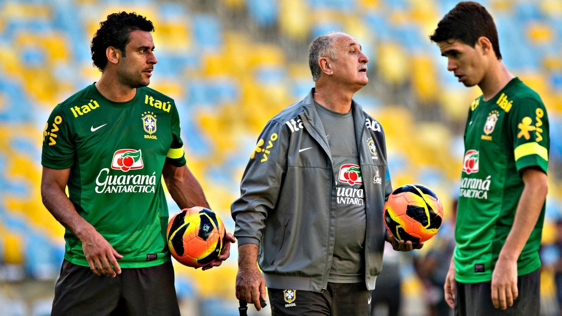 1º.jun.2013 - Técnico Luiz Felipe Scolari conversa com os jogadores no último treino da seleção antes do amistoso contra a Inglaterra