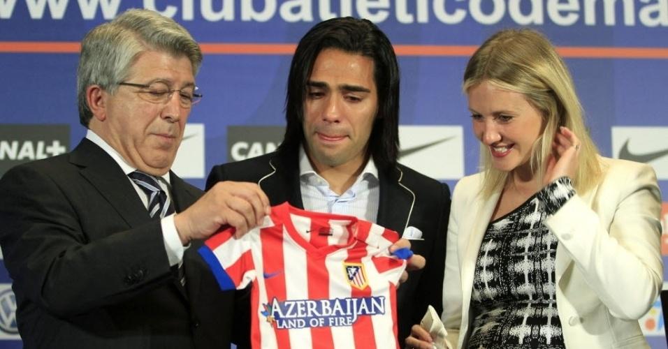 Ao lado da esposa, Falcão Garcia recebe um presente do presidente do Atlético de Madrid em sua última entrevista pelo clube