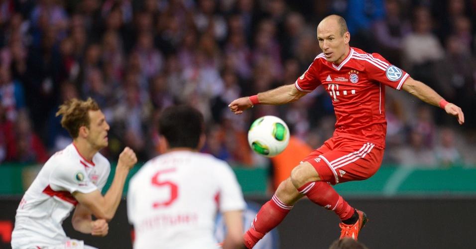 Autor do gol do título da Liga dos Campeões, Robben disputa bola com os zagueiros do Stuttgart