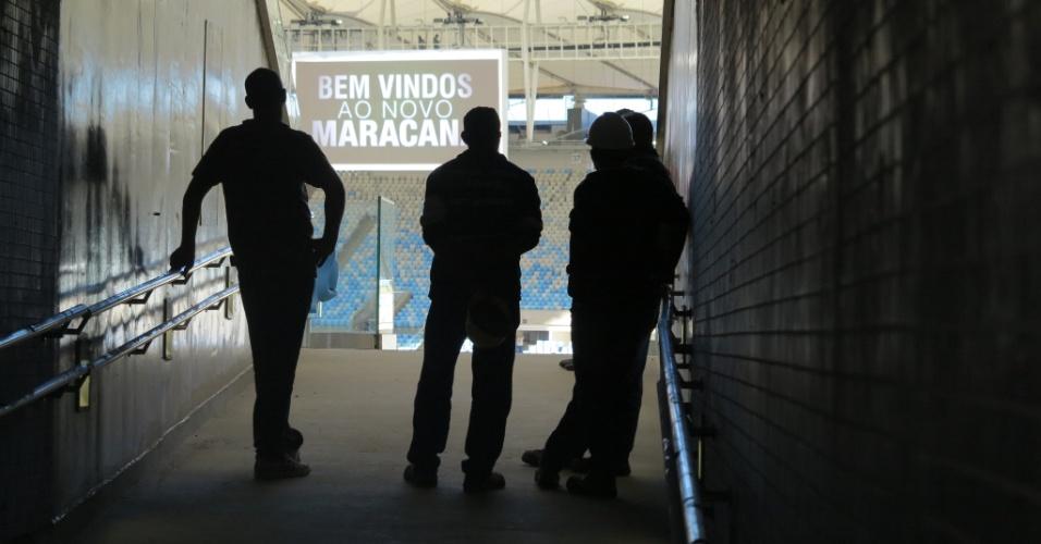 Operários descansam assistindo ao treino da seleção brasileira no Maracanã