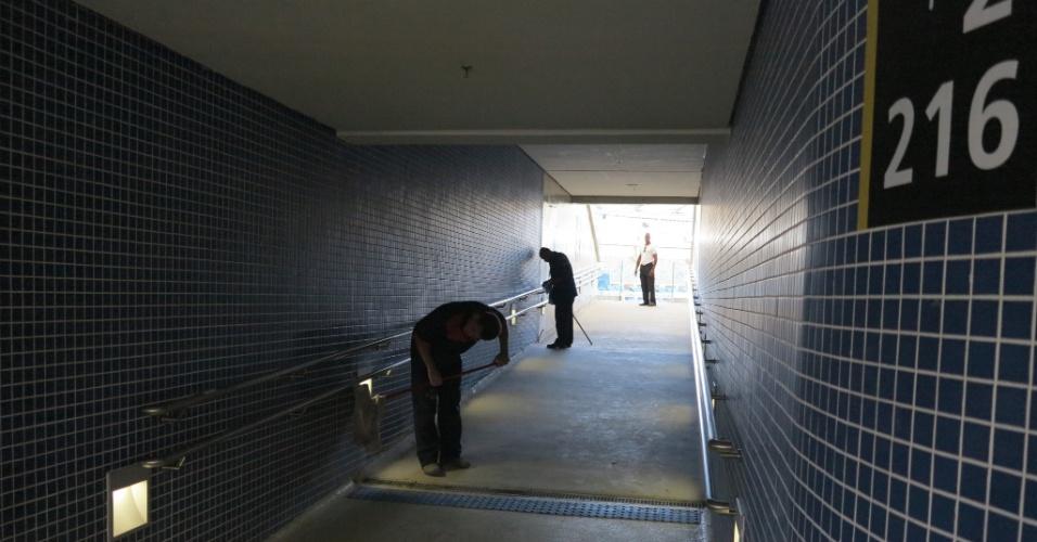 Operários limpam túnel de acesso à arquibancada do Maracanã ainda em obras