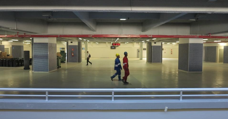 Operários ainda trabalham na área interna do Maracanã na véspera da inauguração