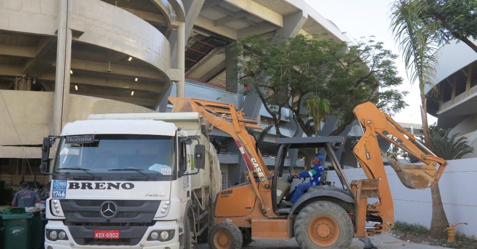 Trator e caminhão retiram entulho da reforma do Maracanã neste sábado