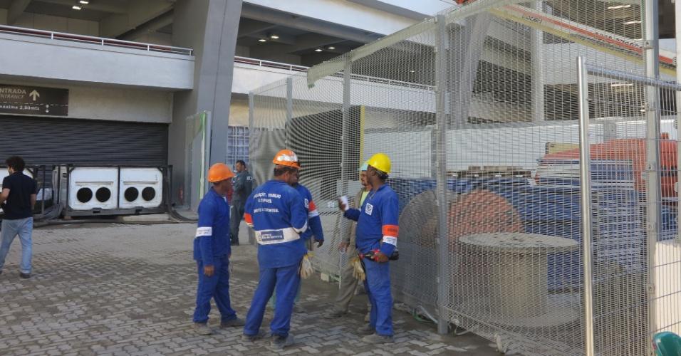 No entorno do Maracanã, operários e máquina ainda trabalham na obra do estádio