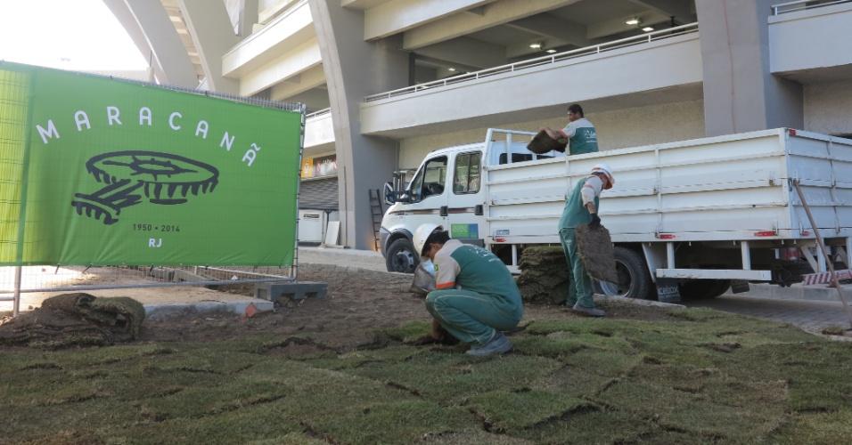 Operários plantam grama no entorno do Maracanã na véspera de sua inauguração oficial