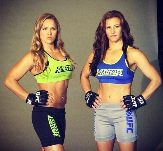 Ronda Rousey e Miesha Tate posam com os uniformes de técnicas do TUF 18; elas comandarão o reality show do UFC, que terá homens e mulheres na disputa por um contrato com a organização