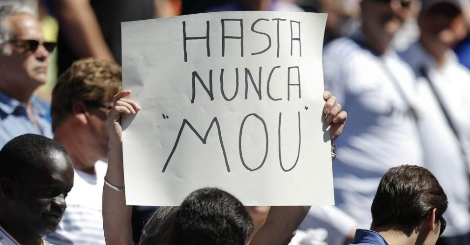Torcedor do Real Madrid critica José Moruinho em cartaz