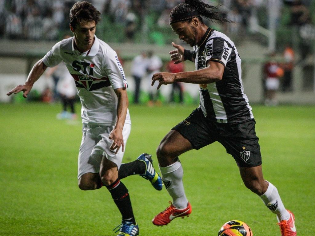 02/06/2013 - Ronaldinho Gaúcho foi muito marcado no jogo contra o São Paulo, neste domingo, no Independência