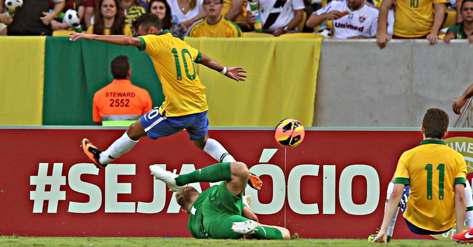 02.jun.2013 - Com a camisa 10 da seleção, Neymar divide com o goleiro Joe Hart na área da Inglaterra