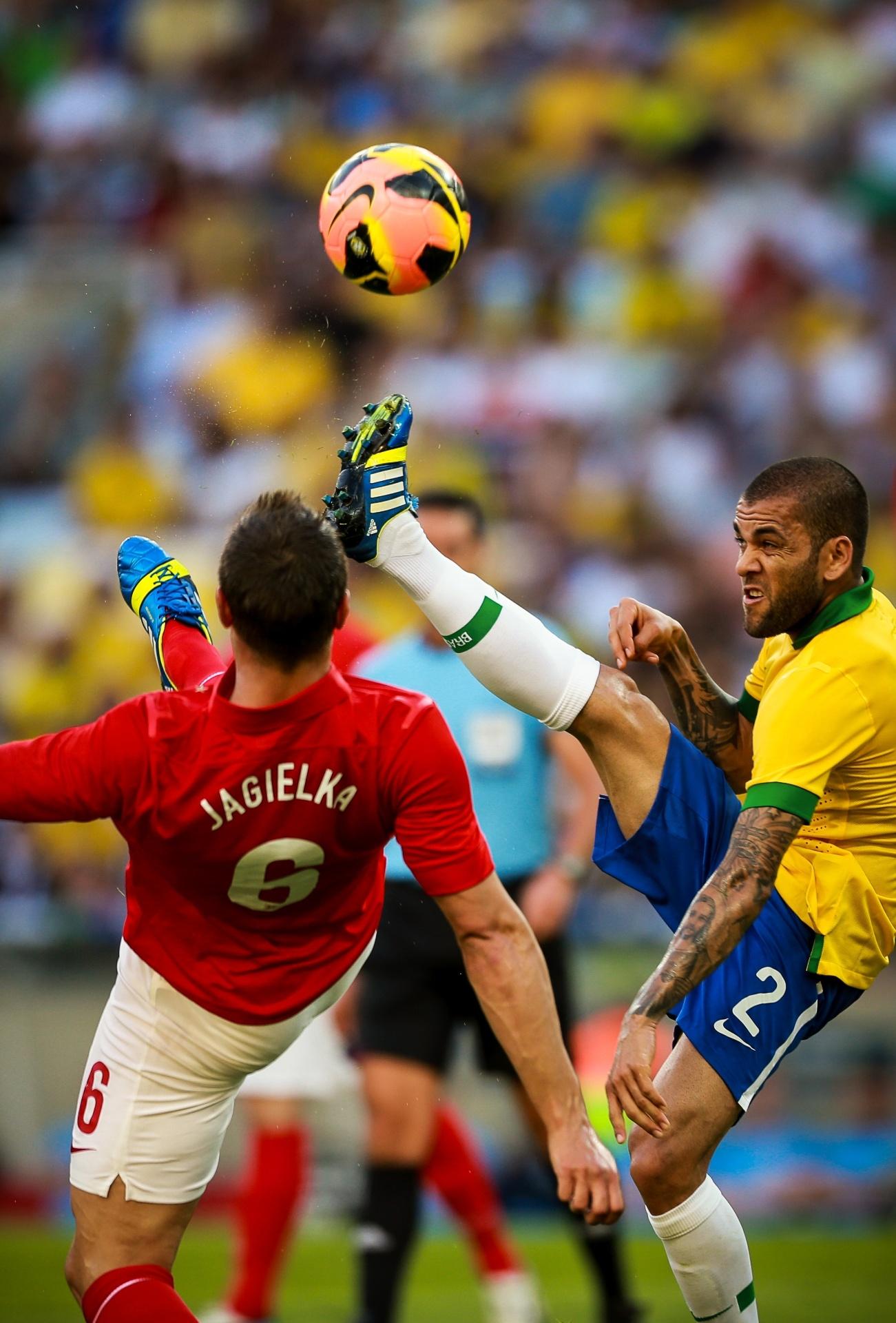 02.jun.2013 - Daniel Alves divide bola com Jagielka no amistoso entre Brasil e Inglaterra no Maracanã