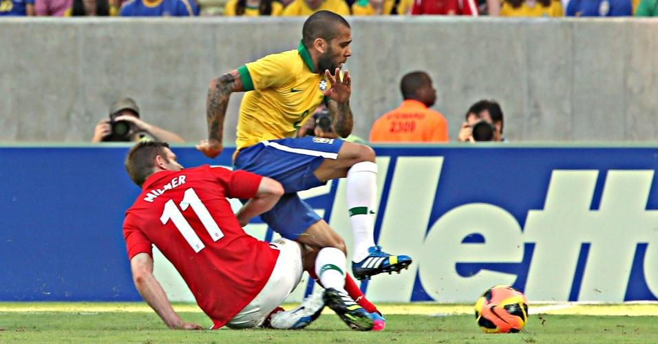 02.jun.2013 - Daniel Alves é derrubado por Milner no amistoso entre Brasil e Inglaterra no Maracanã