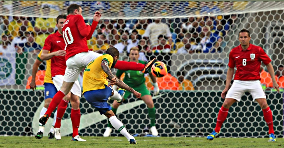 02.jun.2013 - Daniel Alves finaliza contra o gol de Joe Hart no amistoso entre Brasil e Inglaterra no Maracanã