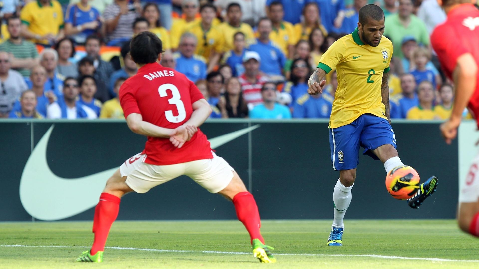 02.jun.2013 - Daniel Alves tenta o cruzamento na área da Inglaterra durante amistoso no Maracanã