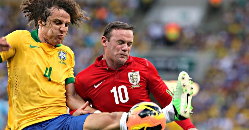 02.jun.2013 - David Luiz disputa bola com o atacante inglês Wayne Rooney durante amistoso no Maracanã