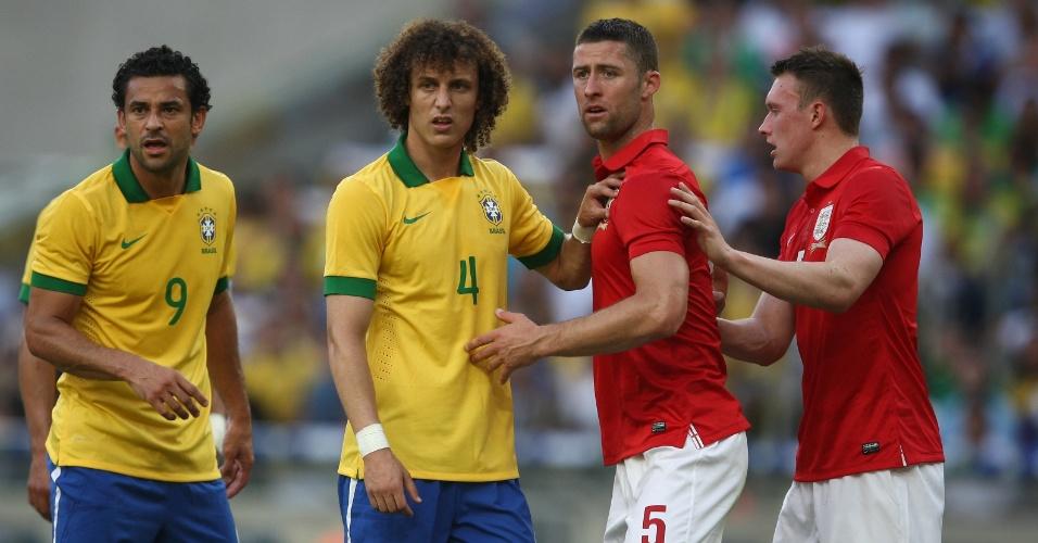 02.jun.2013 - David Luiz e Fred dividem espaço na área inglesa com zagueiros da Inglaterra em amistoso no Maracanã