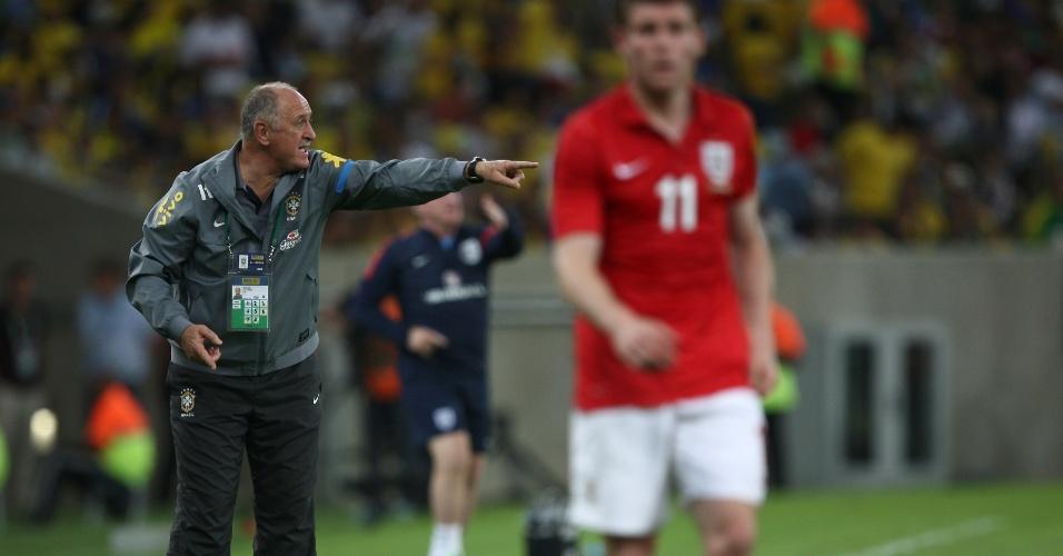 02.jun.2013 - Felipão dá ordens para os jogadores da seleção durante amistoso com a Inglaterra