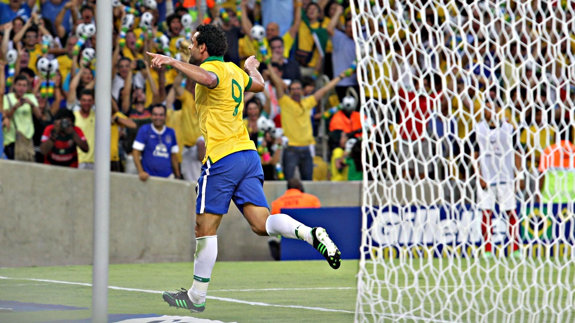 02.jun.2013 - Fred comemora após marcar o primeiro gol para o Brasil no amistoso contra a Inglaterra