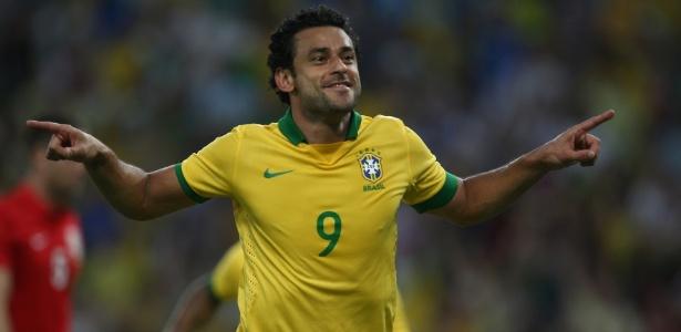 Fred comemora após marcar o primeiro gol para o Brasil no empate com a Inglaterra