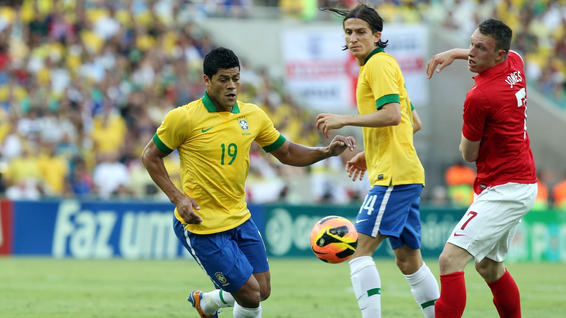02.jun.2013 - Hulk corre para dominar a bola no jogo contra a Inglaterra no Maracanã
