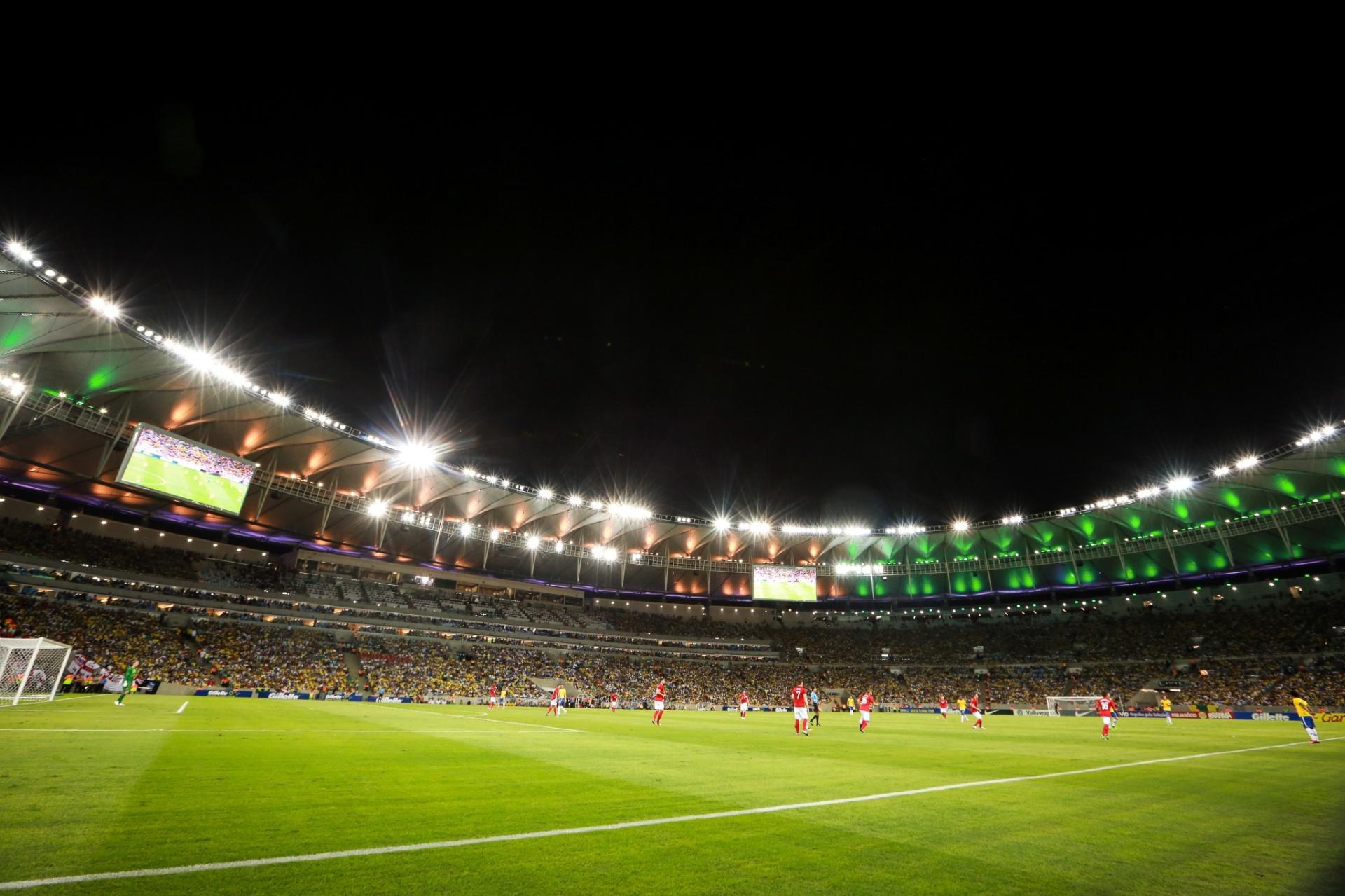 02.jun.2013 - Iluminado em verde e amarelo, Maracanã foi o palco do amistoso entre Brasil e Inglaterra