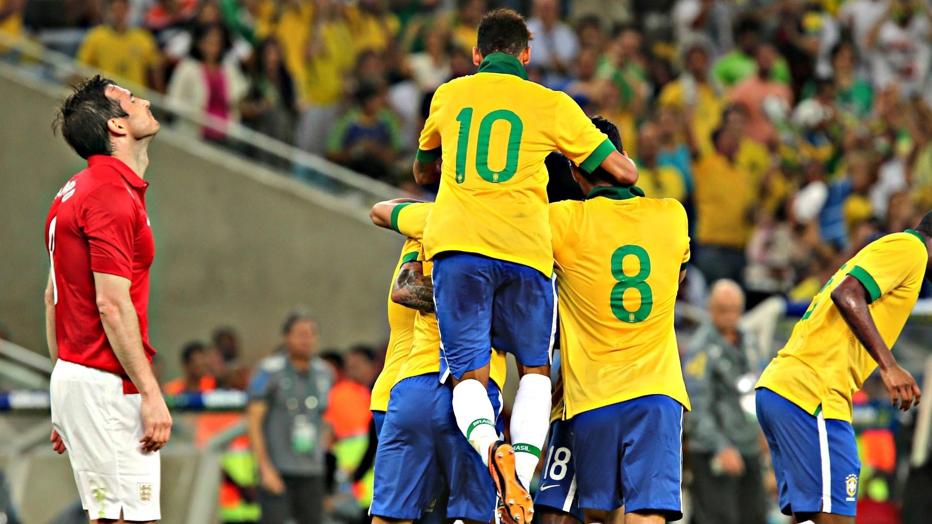02.jun.2013 - Jogadores do Brasil comemoram o gol de Paulinho, que empatou o jogo em 2 a 2 no Maracanã