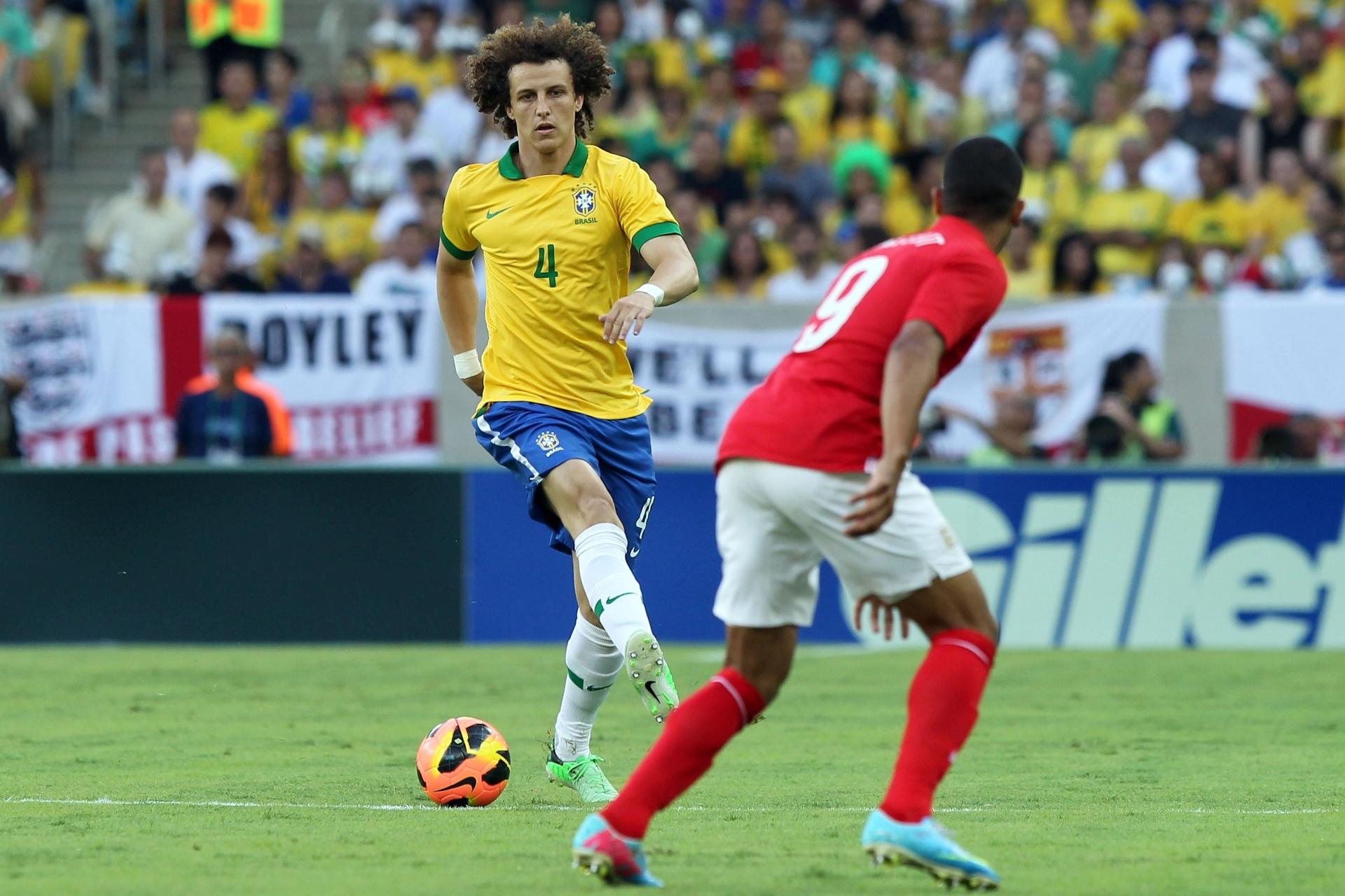 02.jun.2013 - Na zaga do Brasil, David Luiz parte para o jogo no amistoso contra a Inglaterra