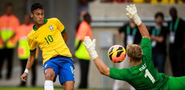 467c1ae6ef 02.jun.2013 - Neymar fianliza e Joe Hart defende para a Inglaterra em