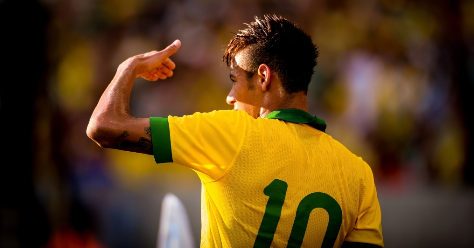 02.jun.2013 - Neymar tapa o sol dos olhos para observar o jogo entre Brasil e Inglaterra no Maracanã