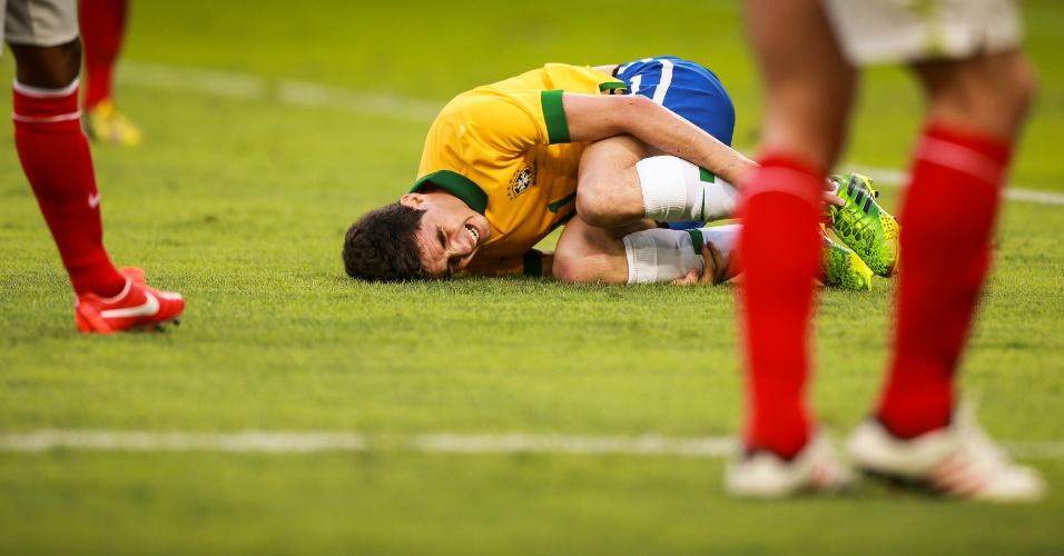 02.jun.2013 - Oscar fica no chão após choque com jogador inglês durante a partida entre Brasil e Inglaterra