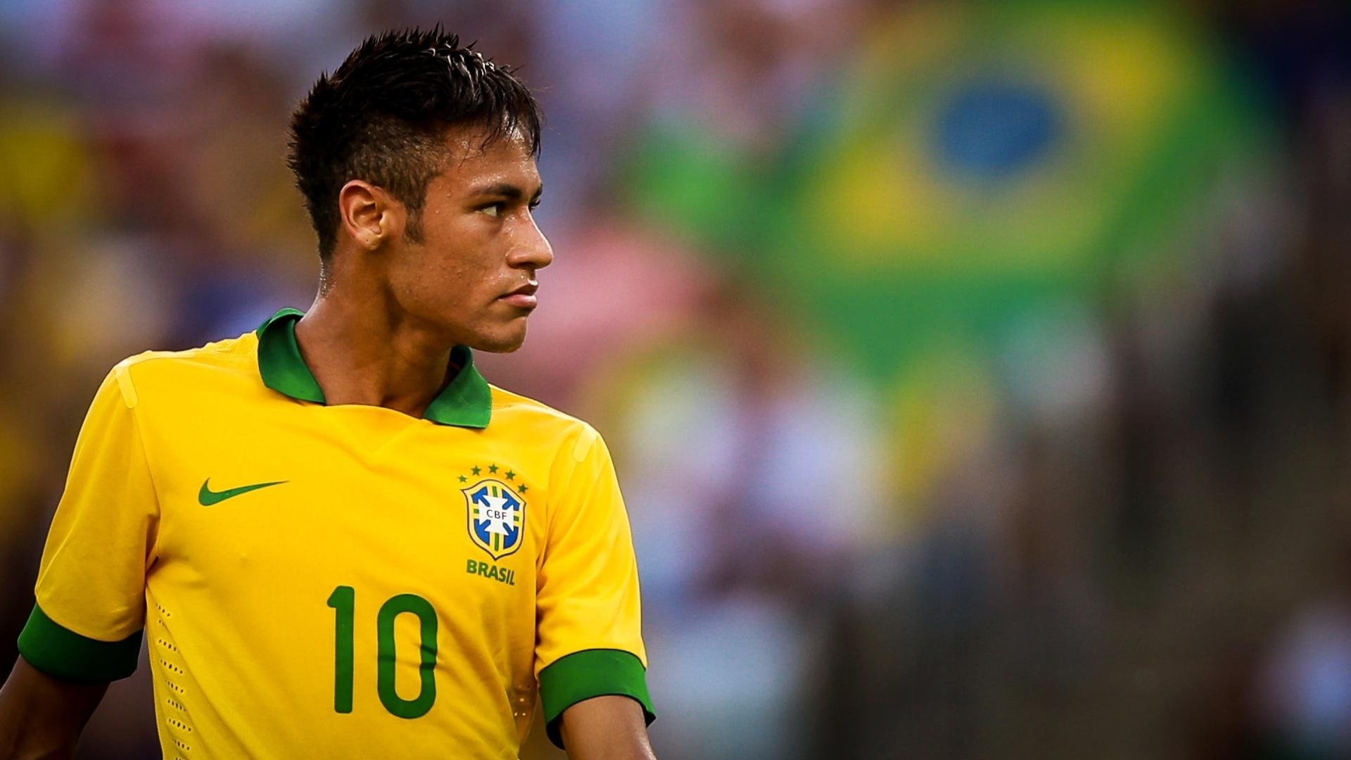 02.jun.2013 - Sério, Neymar observa jogo da seleção contra a Inglaterra no Maracanã